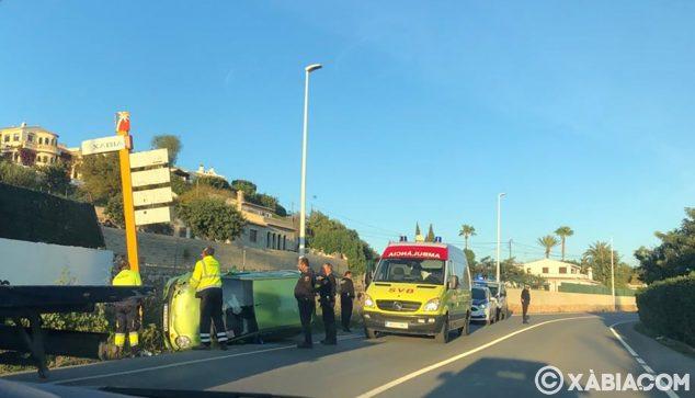 Imatge: Vehicle bolcat a la carretera de Xàbia-Jesús Pobre
