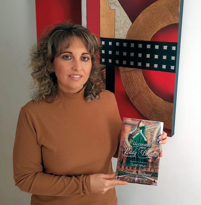 Verónica Mengual con el libro 'Un coronel para lady Briana'