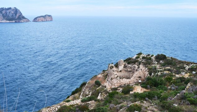 Imagen: Vista desde lo alto del Castell de la Granadella, con la Isla del Descubridor al fondo (Fuente: Wikimedia Commons)