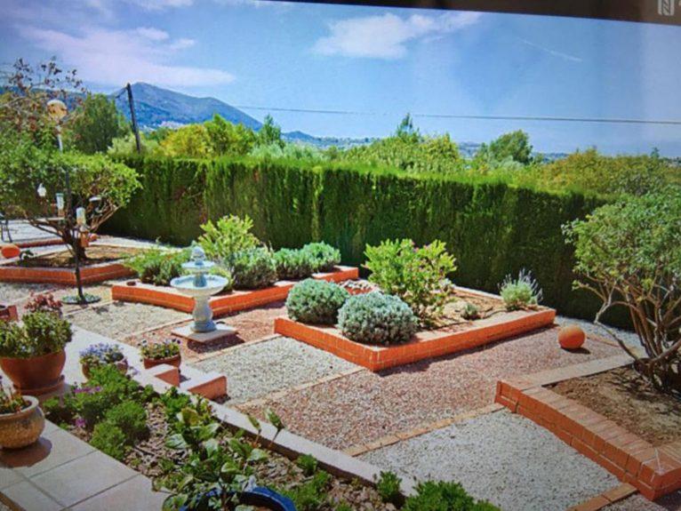 Vista del jardín mediterráneo desde un chalet en venta en Jávea - Atina Inmobiliaria