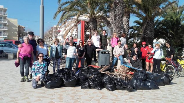 Imagen: Voluntarios en la Jornada de limpieza en el Arenal