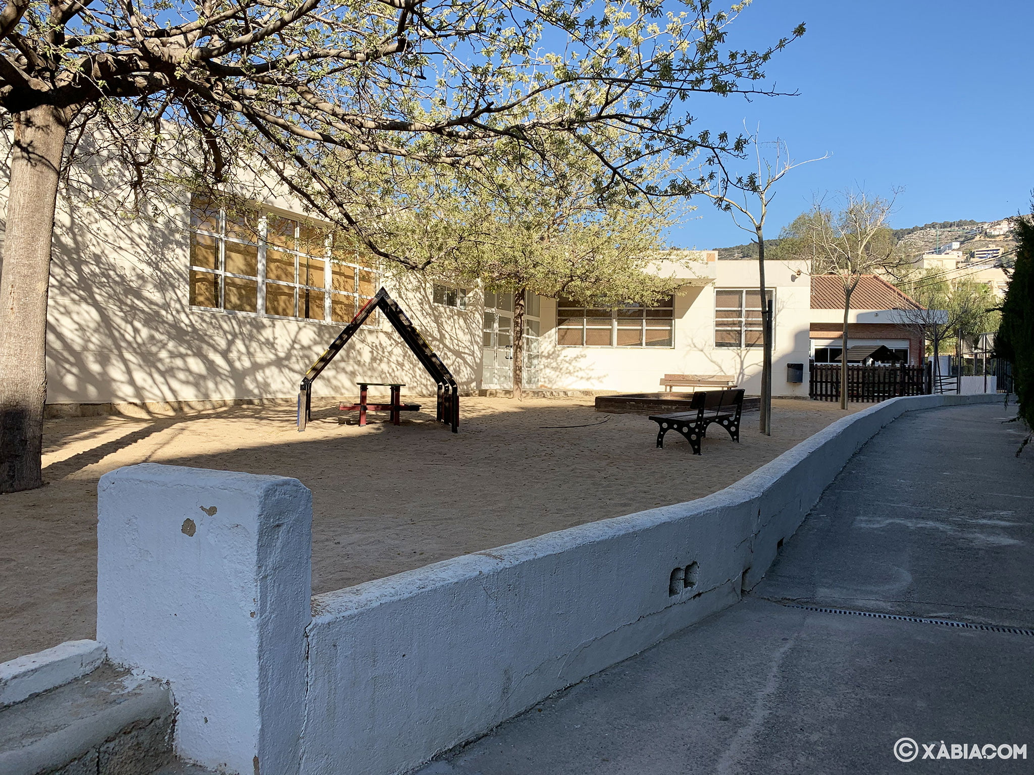 Zona con arena y bancos en el CEIP Port de Xàbia