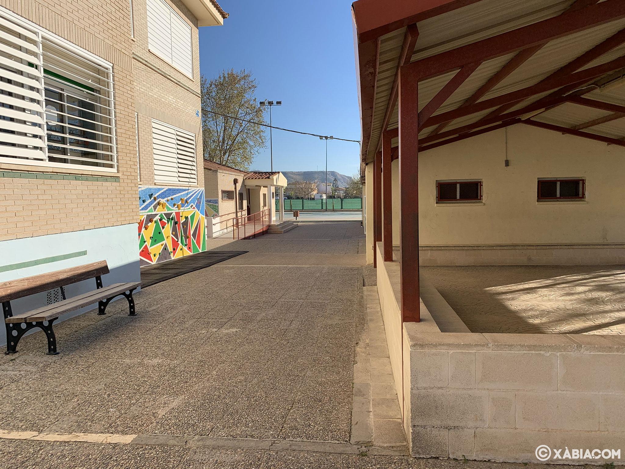 Zona cubierta en el patio del CEIP Trenc d'Alba de Jávea