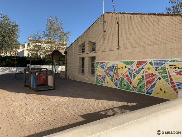 Zona infantil con juegos en el patio del CEIP Trenc d'Alba de Jávea