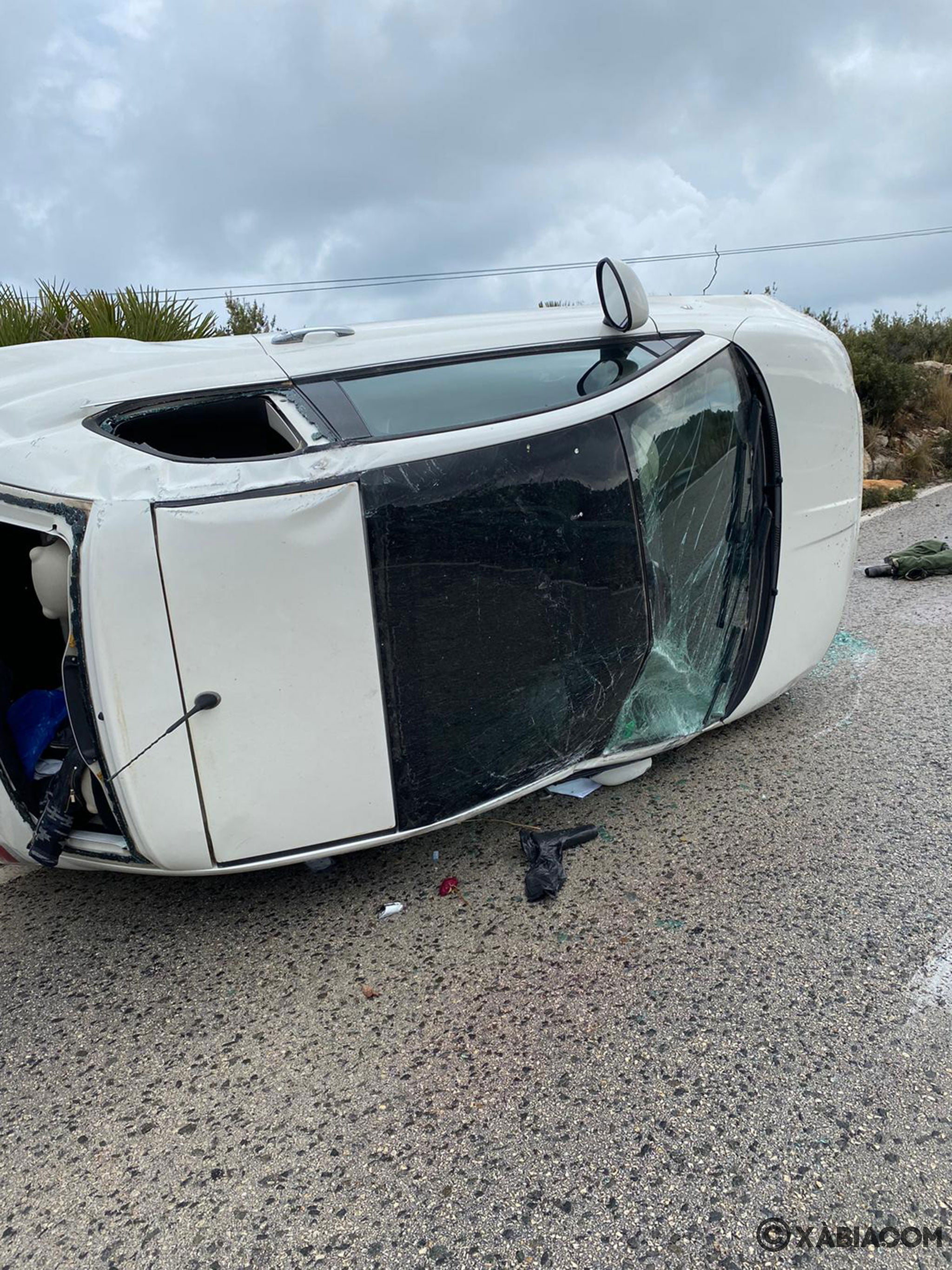 Accidente en la carretera de les Planes, con coche volcado