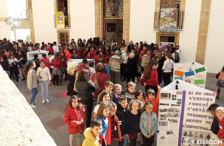 Alumnos de Xàbia junto a su elaborado cartel