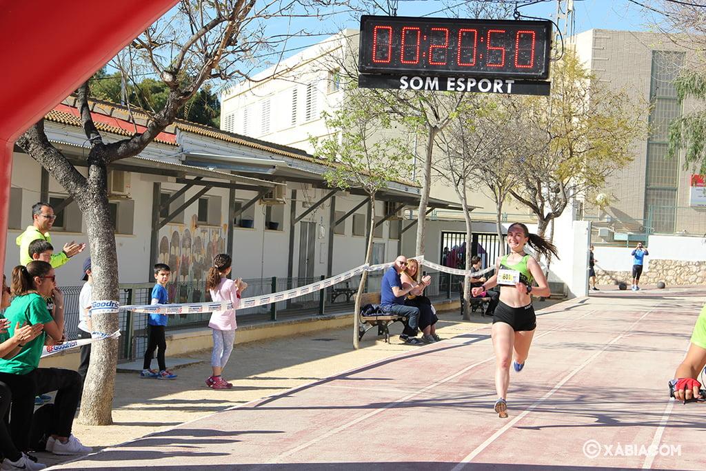 Ana González llegando la primera a meta