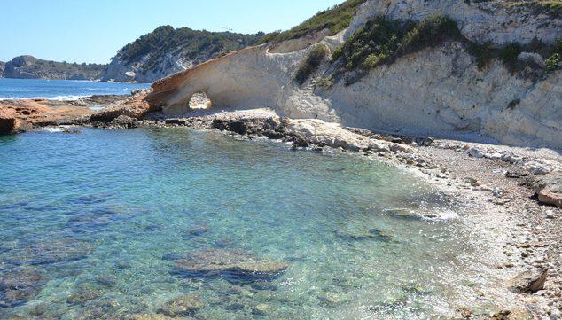 Imatge: Vista de Cala Blanca o La Caleta, una imatge reconfortant en aquests moments.