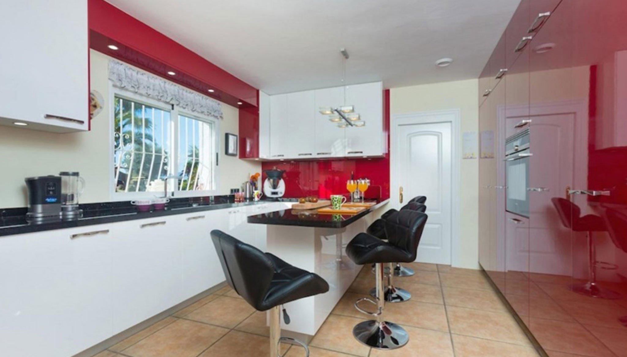 Cocina en tonos rojos en una casa de alto standing en venta en Jávea – Terramar Costa Blanca