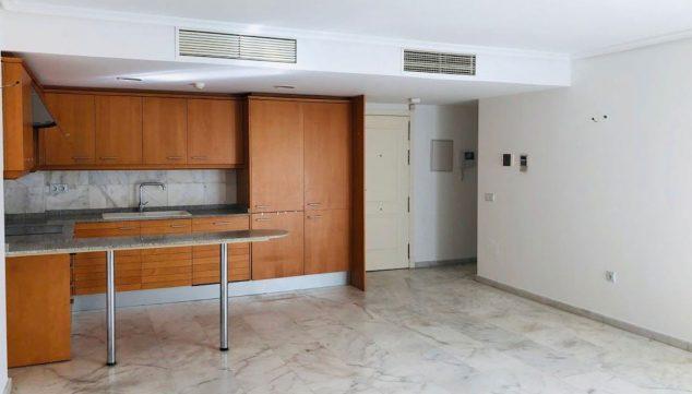 Imagen: Cocina y salón de un piso de tres habitaciones en venta en Moraira - Mare Nostrum Inmobiliaria