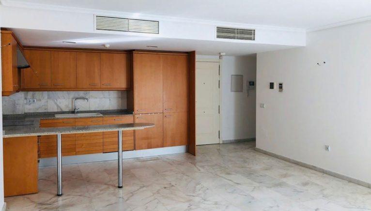 Cocina y salón de un piso de tres habitaciones en venta en Moraira - Mare Nostrum Inmobiliaria