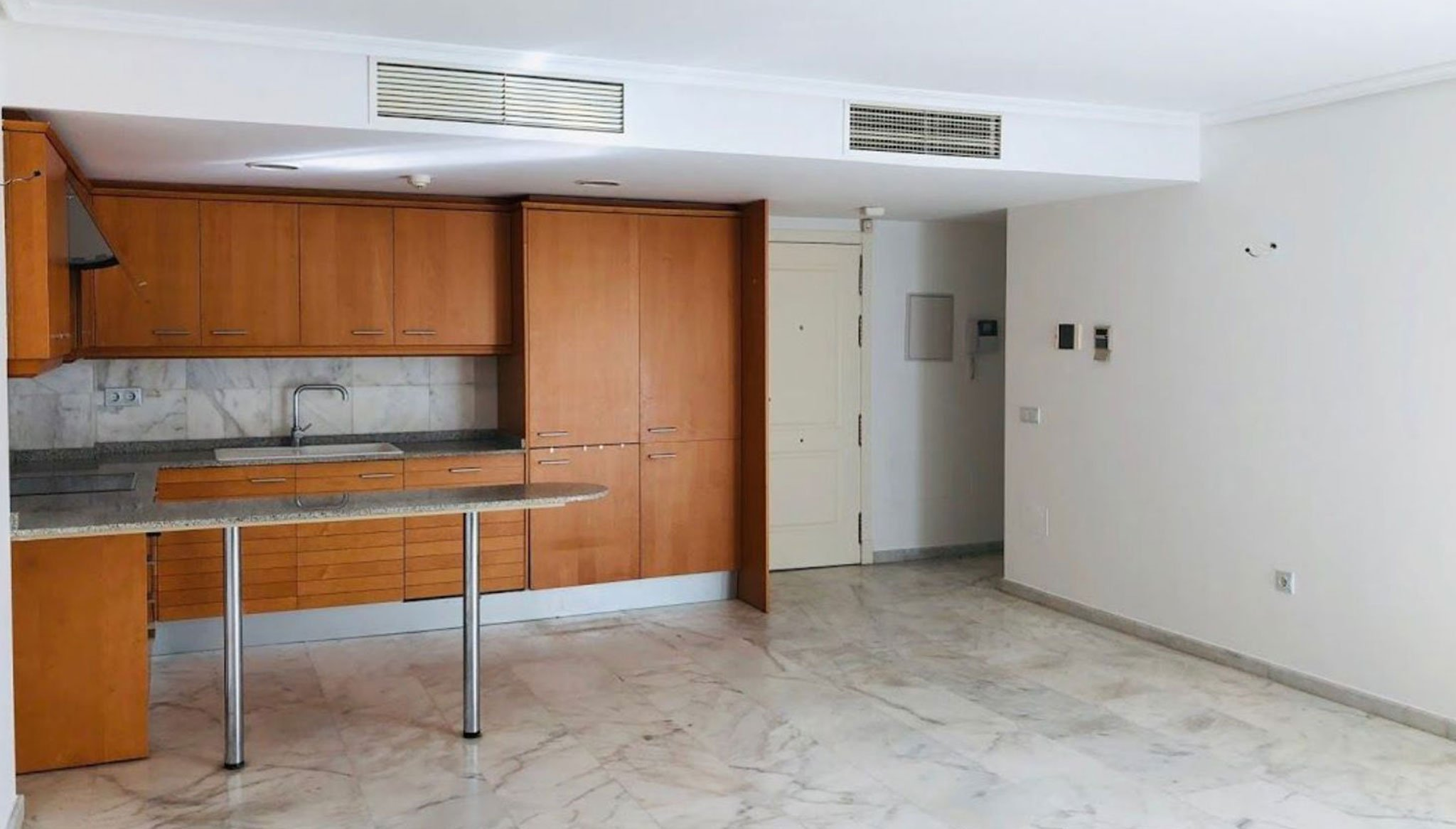 Cocina y salón de un piso de tres habitaciones en venta en Moraira – Mare Nostrum Inmobiliaria