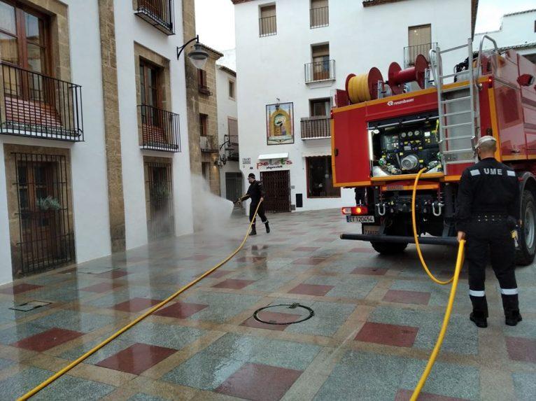Desinfección en los alrededores del Ayuntamiento