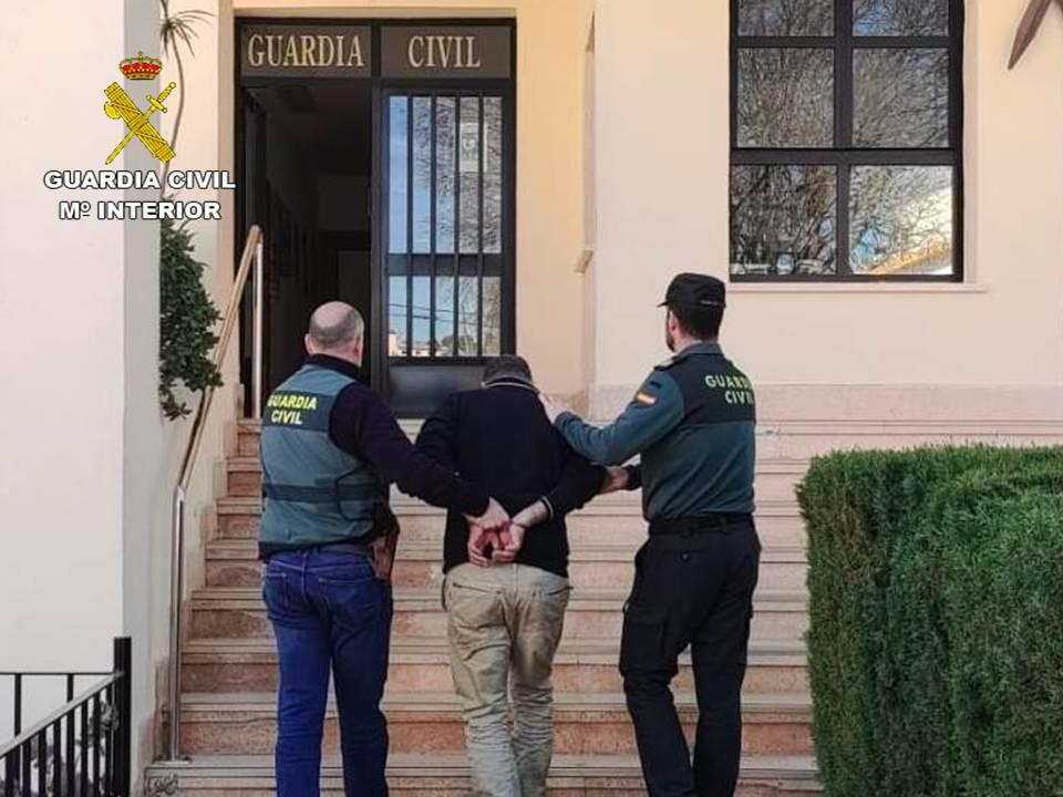 El detenido con dos agentes