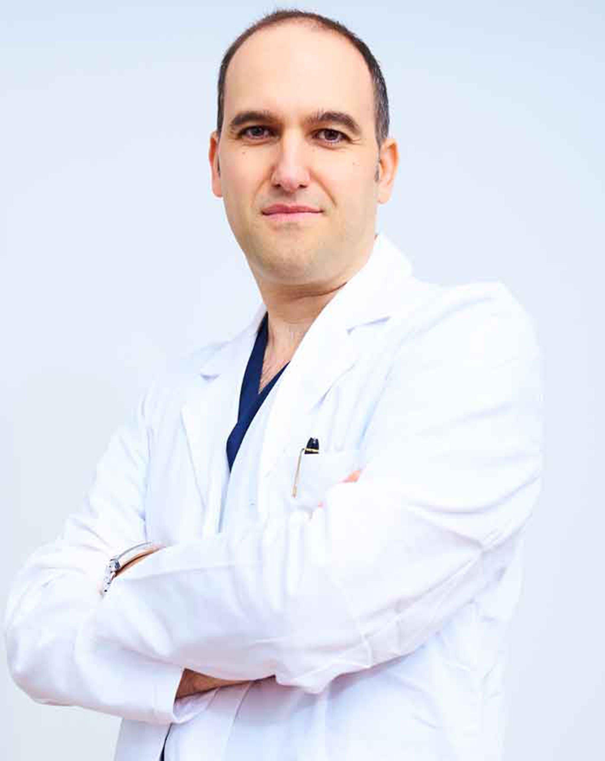 El doctor Pablo Martínez, especialista en traumatología, pasa consulta los jueves en Dra. Iris Alexandra Henkel