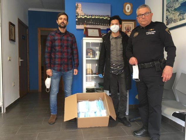 Imagen: Donación de mascarillas a El Poble Nou de Benitatxell