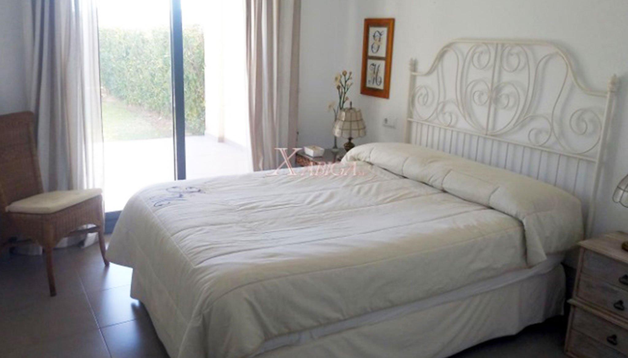 Una de las dos habitaciones de un apartamento en venta en Jávea – Xabiga Inmobiliaria