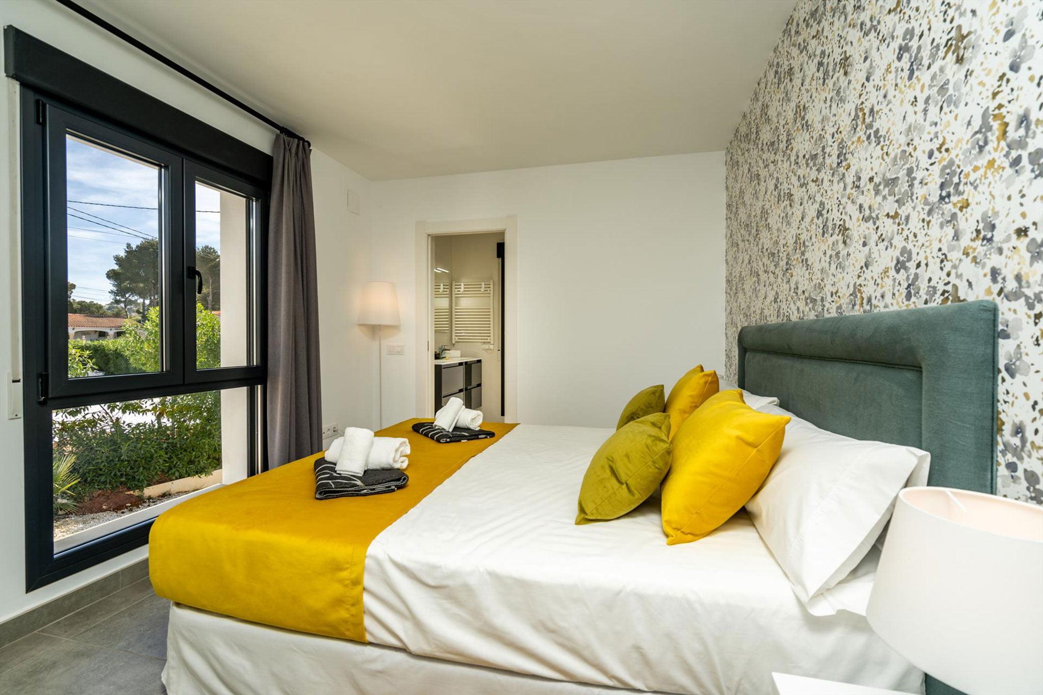 Uno de los cuatro dormitorios de una casa de alquiler para ocho personas en Jávea – Aguila Rent a Villa