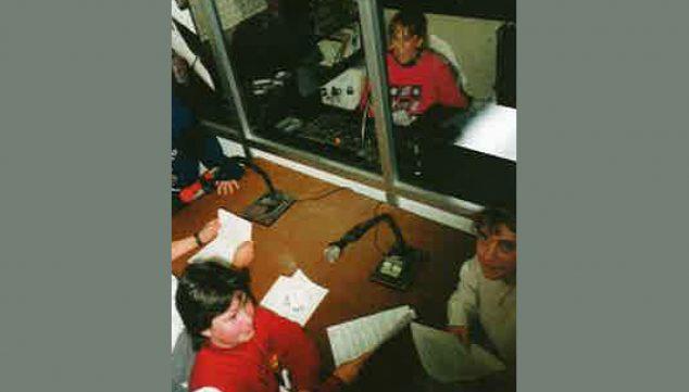 Imagen: Emisora de radio del CEIP Trenc d'Alba, llamada 'Radio Amanecer' (Foto extraída del libro '25 anys al CEIP Trenc d'Alba', de 2009)