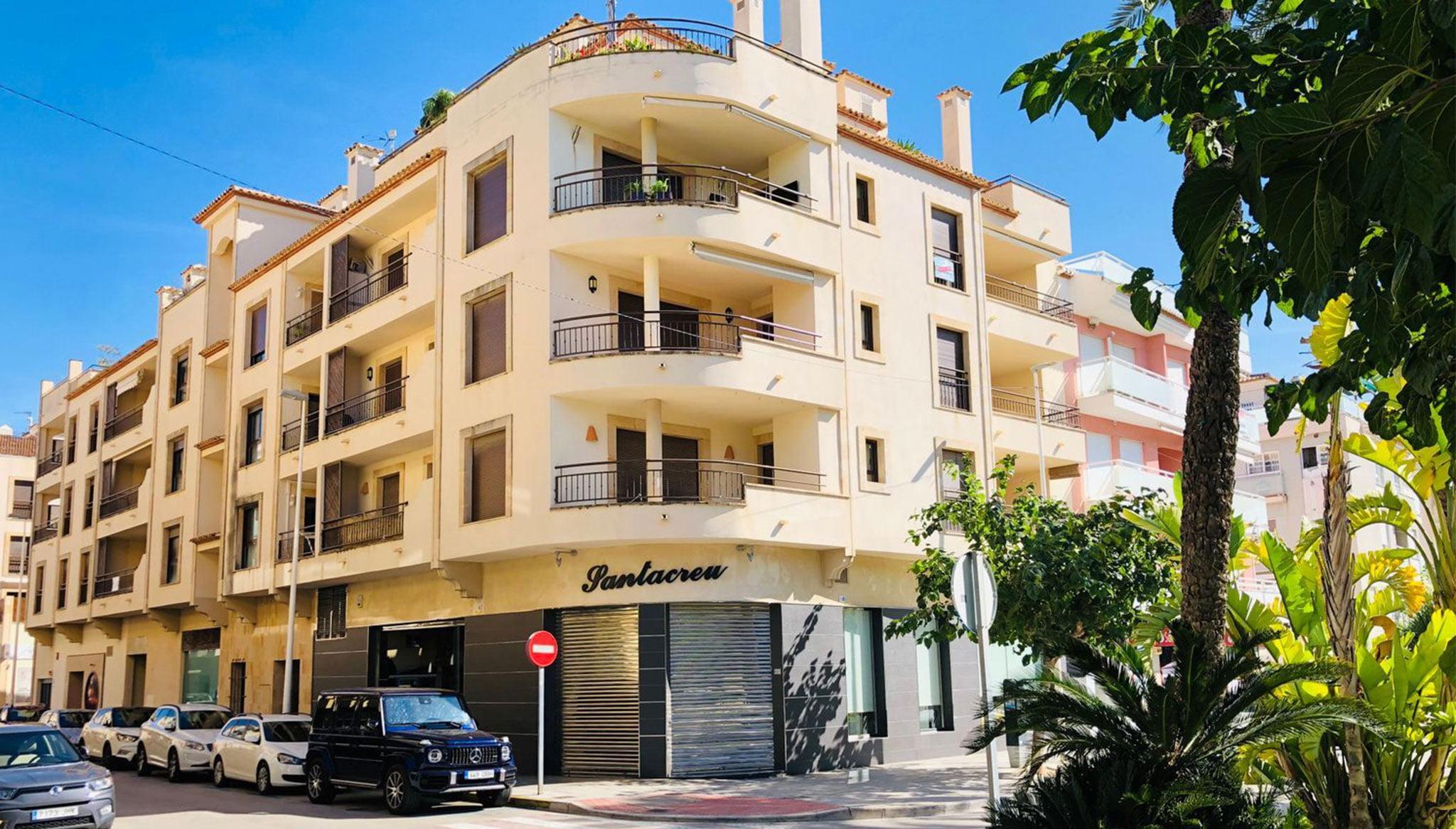 Fachada de un piso en venta en el centro de Moraira – Mare Nostrum Inmobiliaria