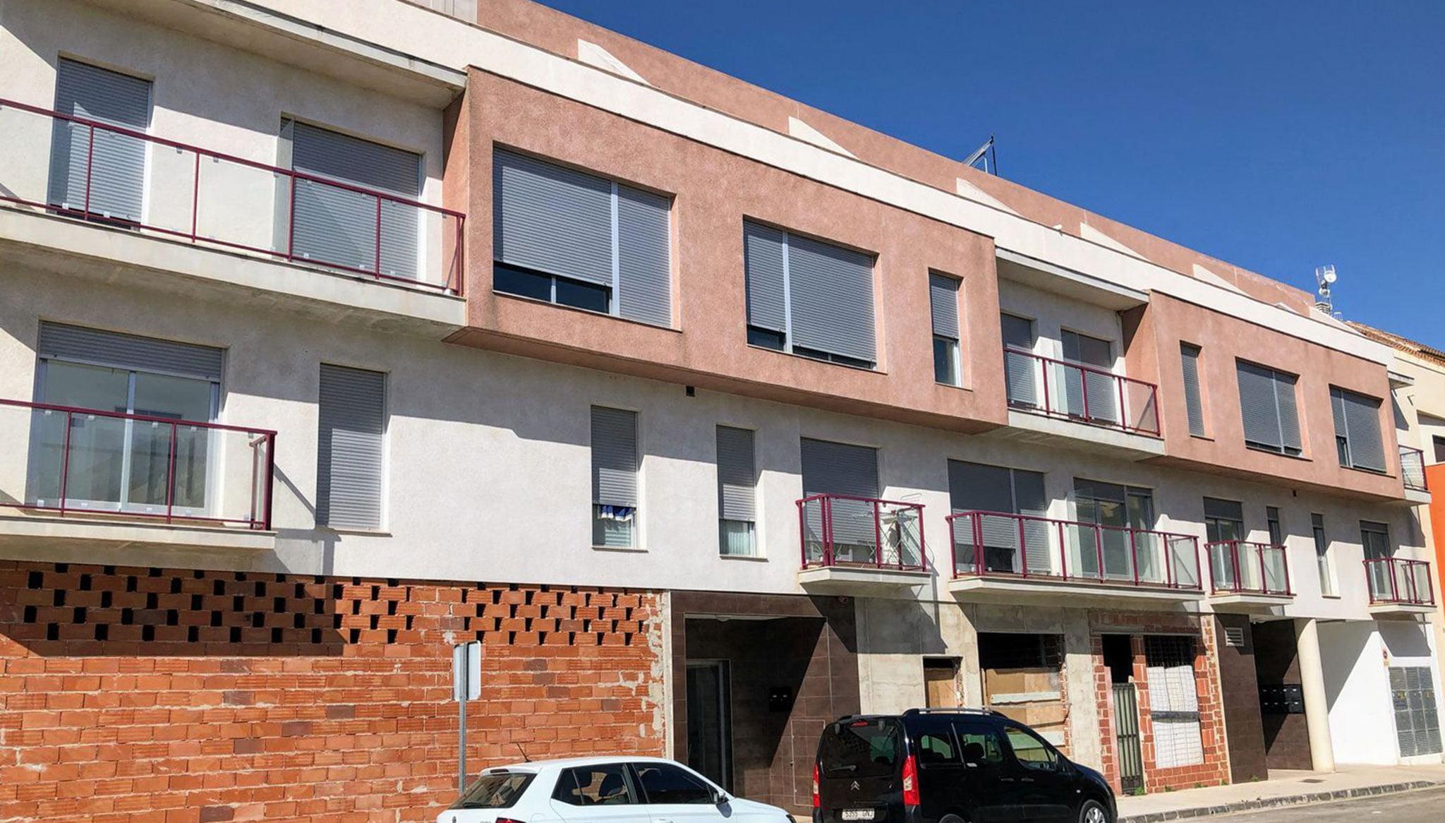 Fachada de la finca donde se venden diversos pisos en Ondara – Mare Nostrum Inmobiliaria