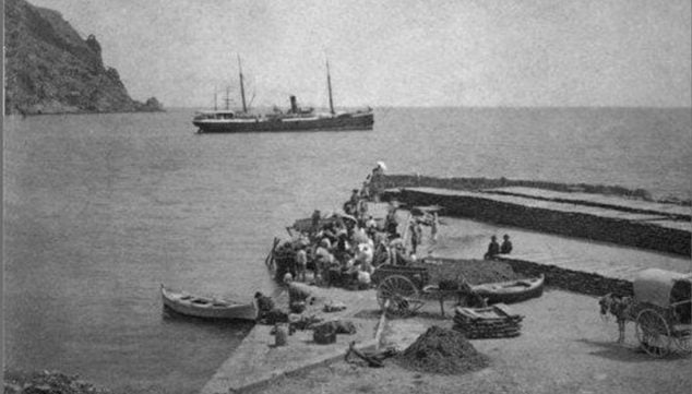 Imatge: Imatge de 1901 del port de Xàbia a l'arribada d'un vaixell de vapor per transportar passa