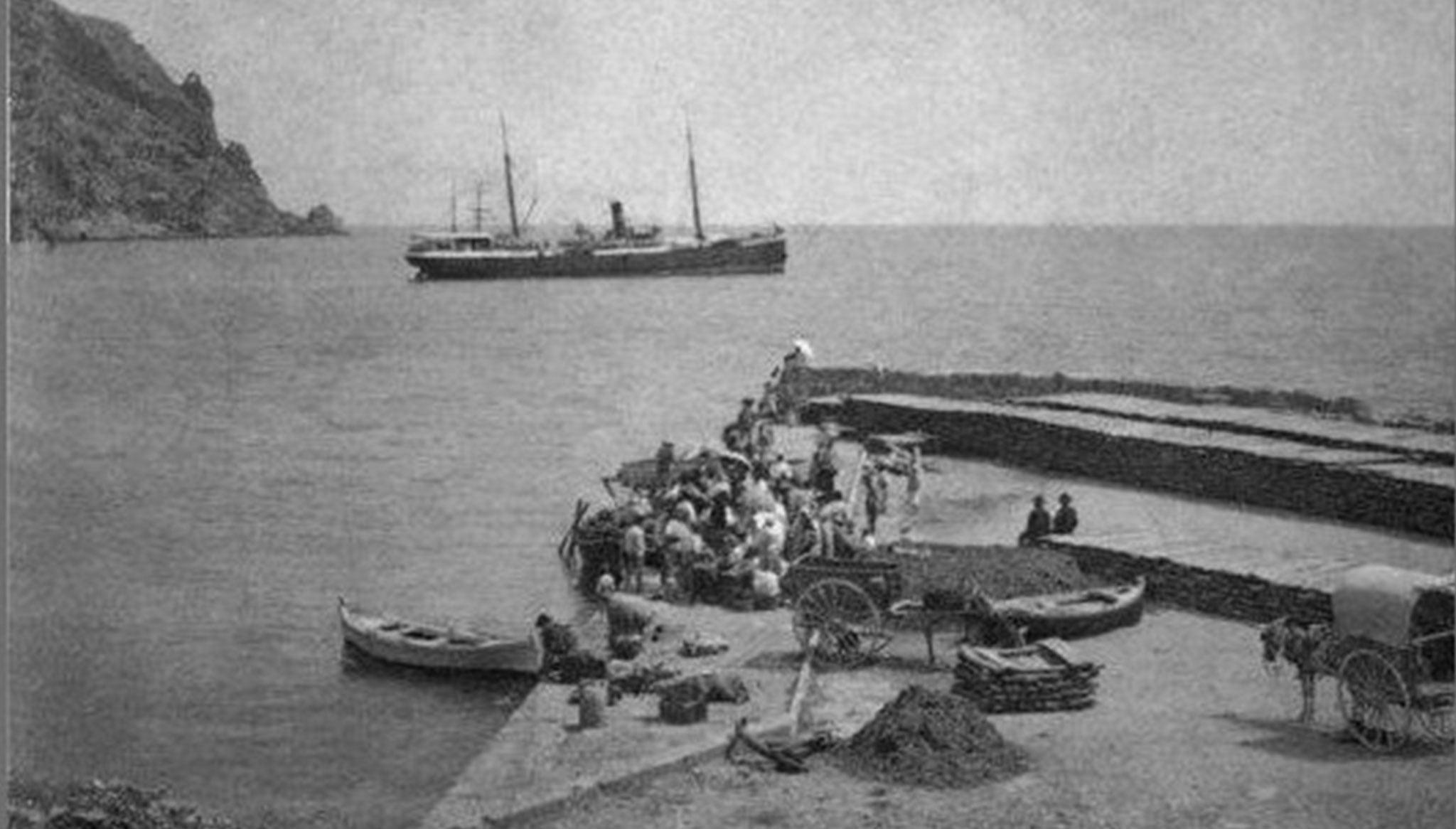 Imagen de 1901 del puerto de Xàbia a la llegada de un barco de vapor para transportar pasa
