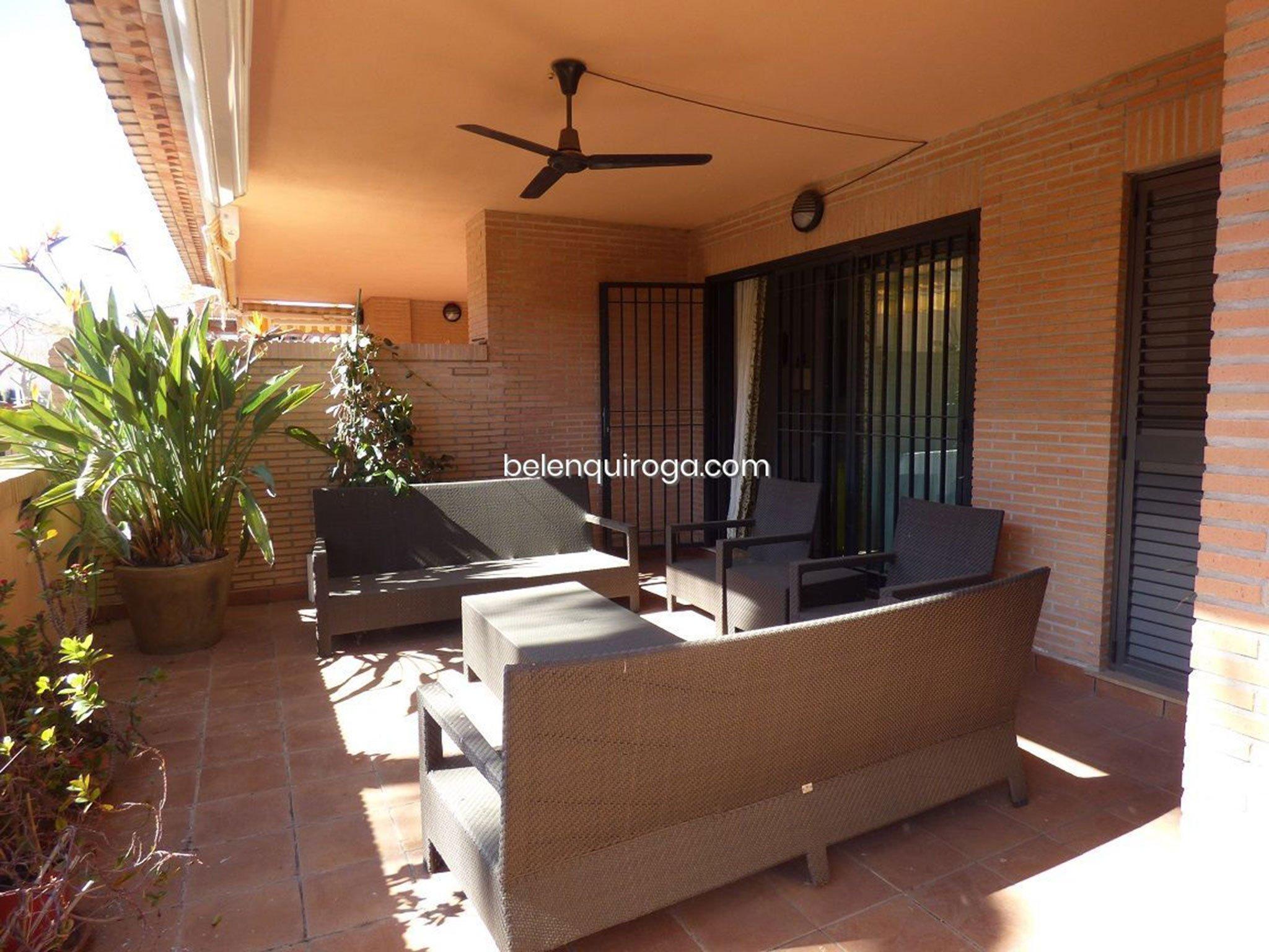 Terraza con zona de estar en un adosado en venta en Jávea – Inmobiliaria Belen Quiroga
