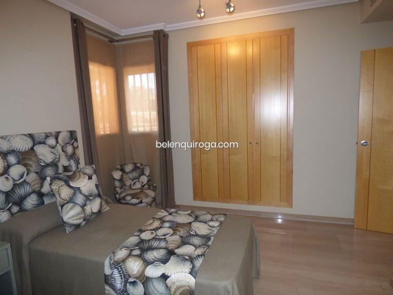 Una de las tres habitaciones de un adosado en venta en Jávea - Inmobiliaria Belen Quiroga