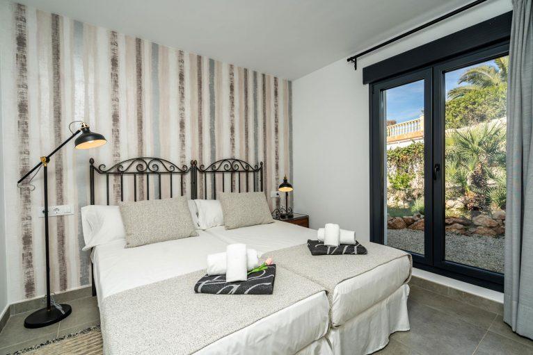 Una de las cuatro habitaciones de una casa de alquiler para ocho personas en Jávea - Aguila Rent a Villa