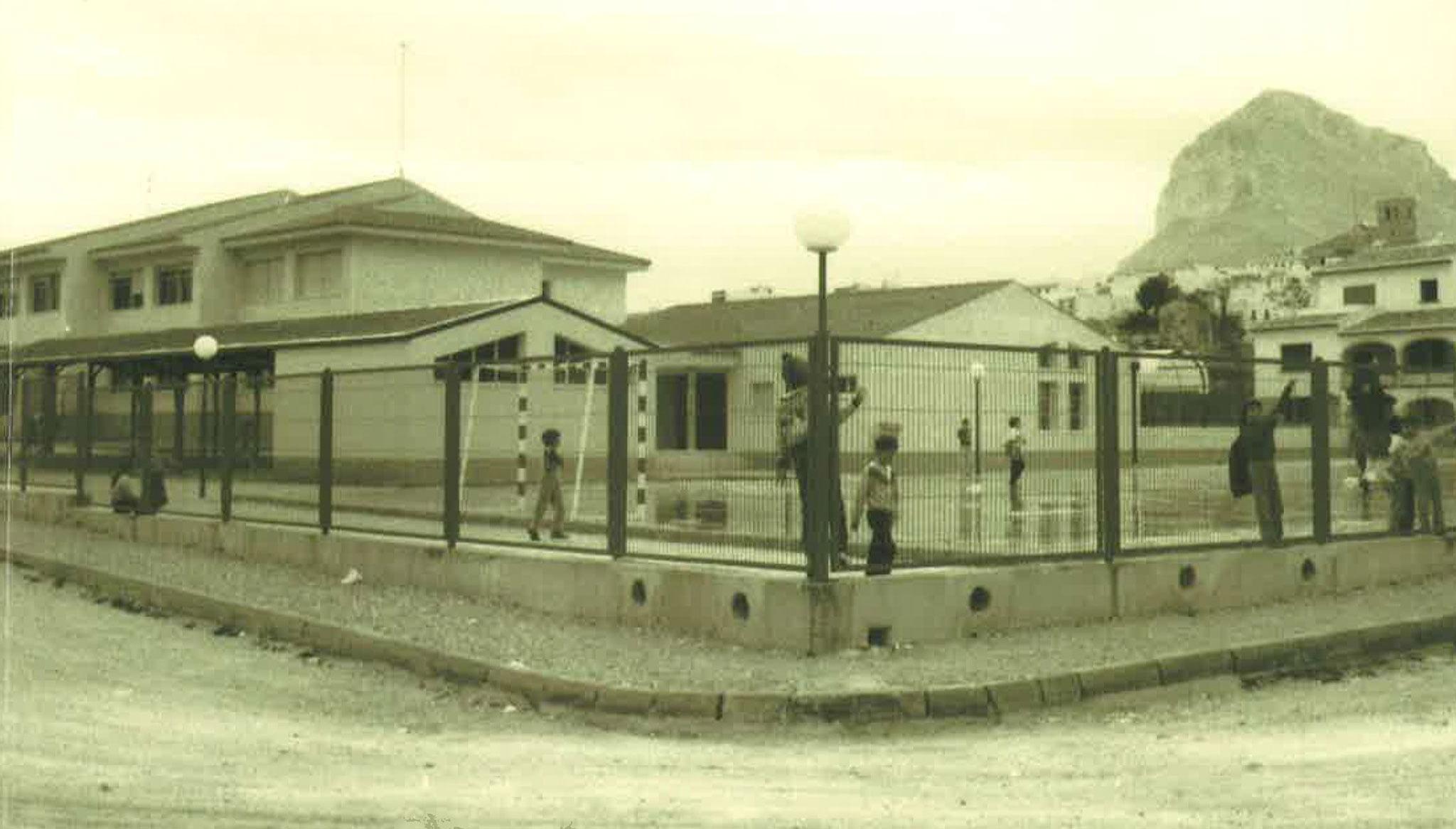 Imagen en blanco y negro del exterior del colegio Trenc d'Alba de Xàbia (Foto extraída del libro «25 anys al CEIP Trenc d'Alba», de 2009)