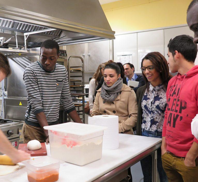 Jóvenes aprenden en un taller de cocina