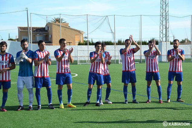 Imatge: Jugadors de l'CD Xàbia saludant a la seva afició