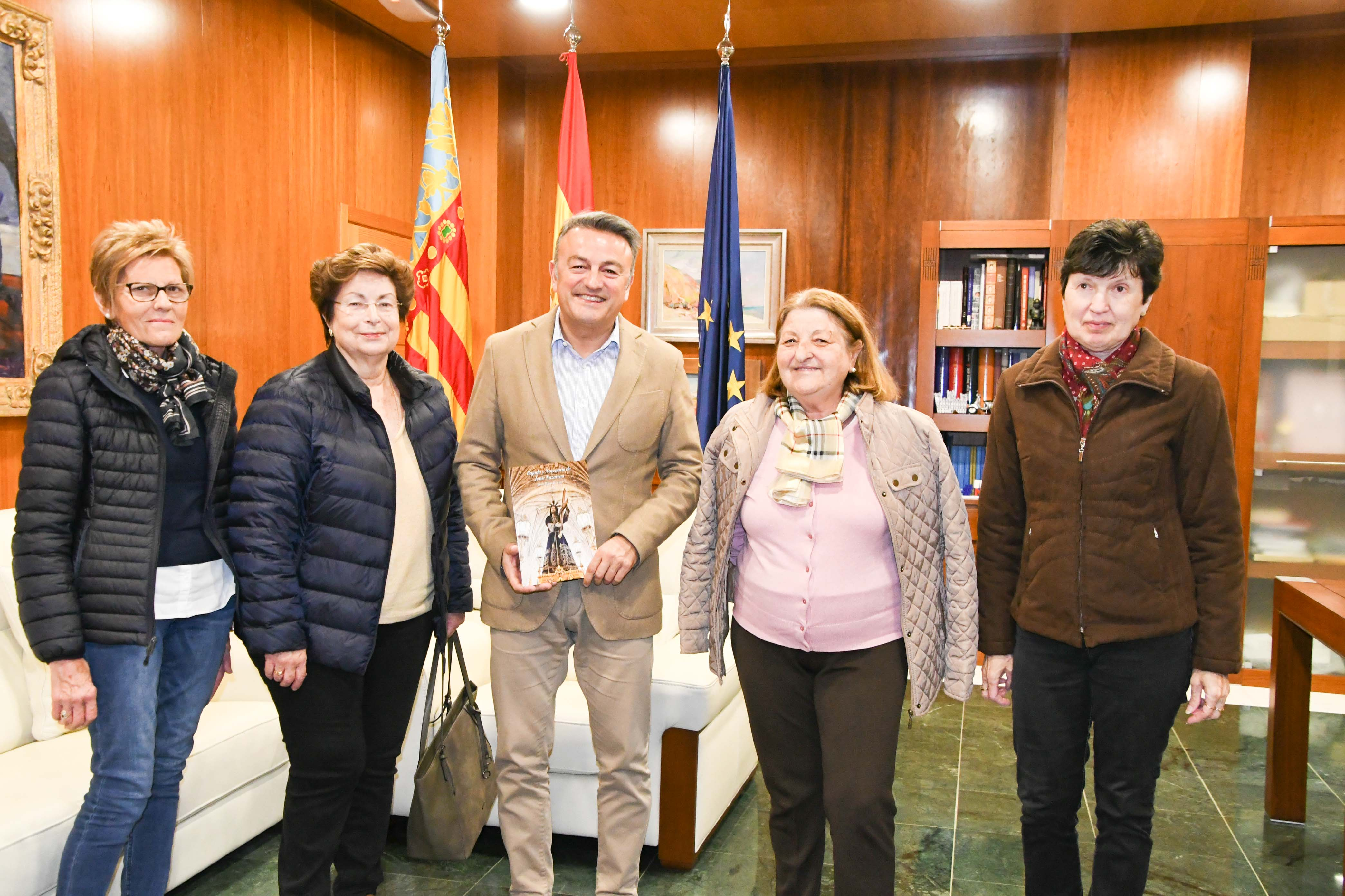 La cofradía de mujeres del Nazareno visitan al alcalde
