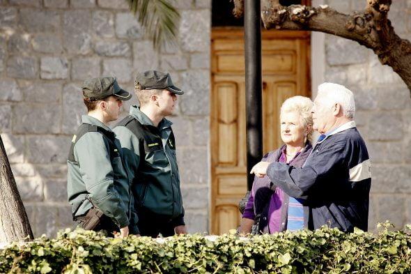 La Guardia Civil con unos ciudadanos