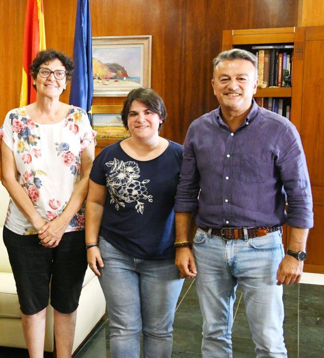 Imagen: La presidenta de Xàbia Port junto al alcalde y concejala del barrio