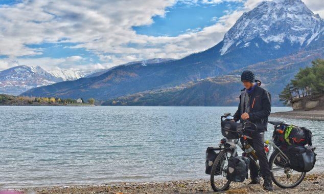 Imagen: Lucas junto a su bicicleta