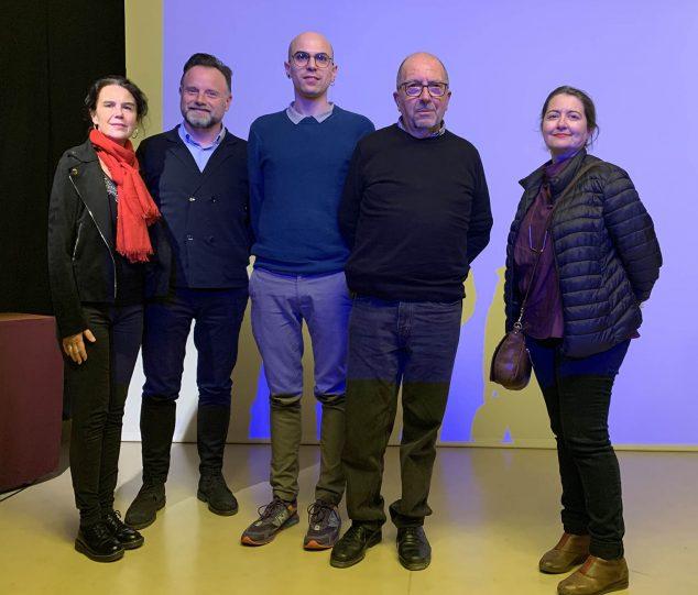 Imagen: Miembros del Grup De Reüll con Daniel Soriano (centro) e Isabel Tejeda (dcha)-Press