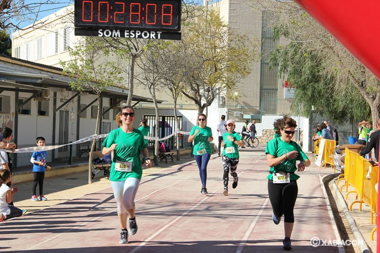 Mujeres entrando a meta en la cursa de la dona