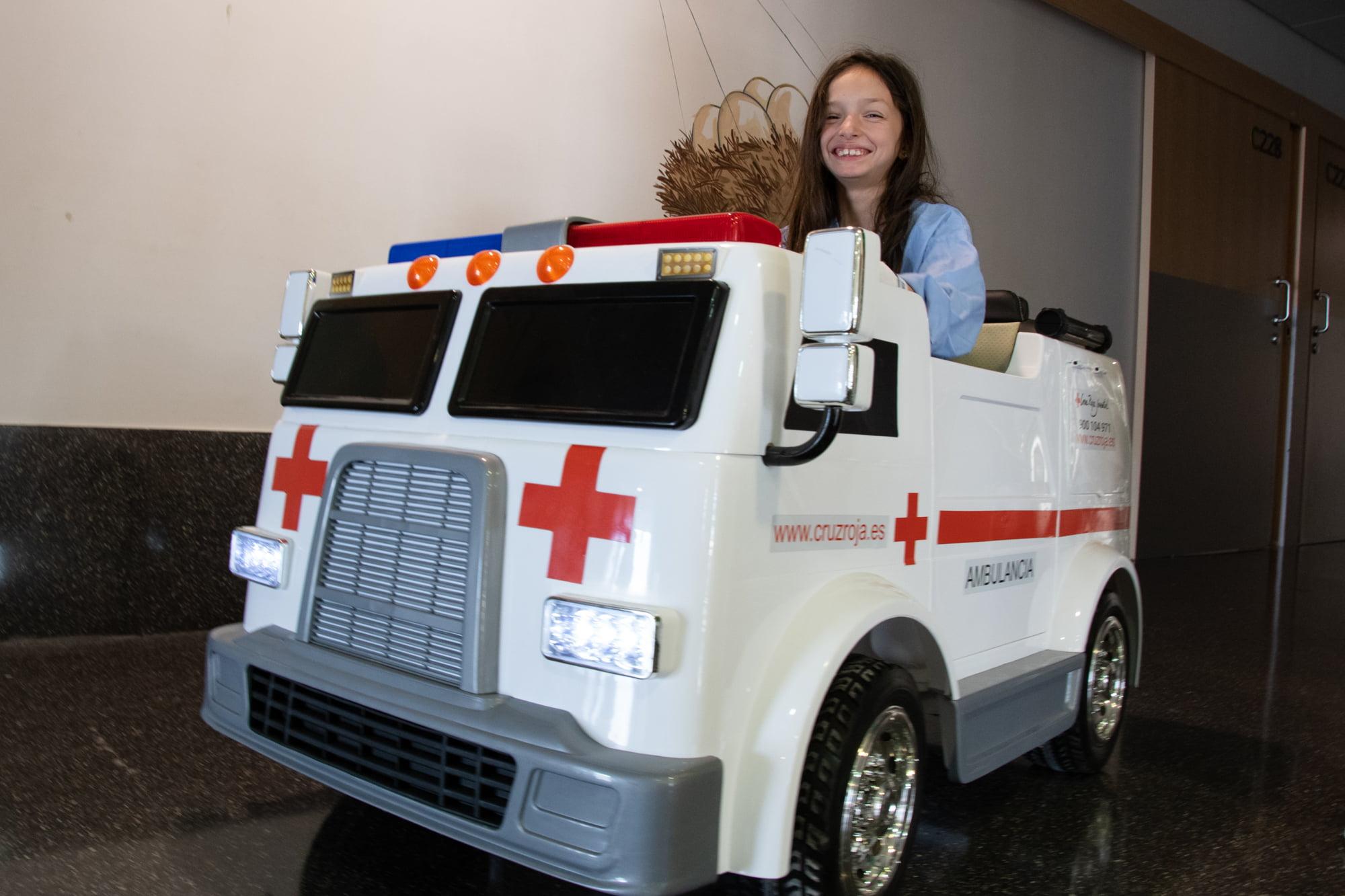 Niña hospitalizada posa sonriente con el nuevo vehículo