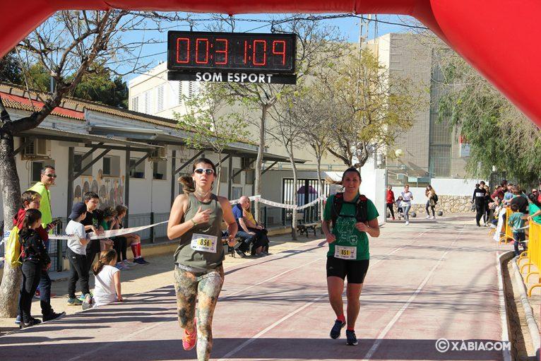 Participantes entrando a meta en la cursa de la dona
