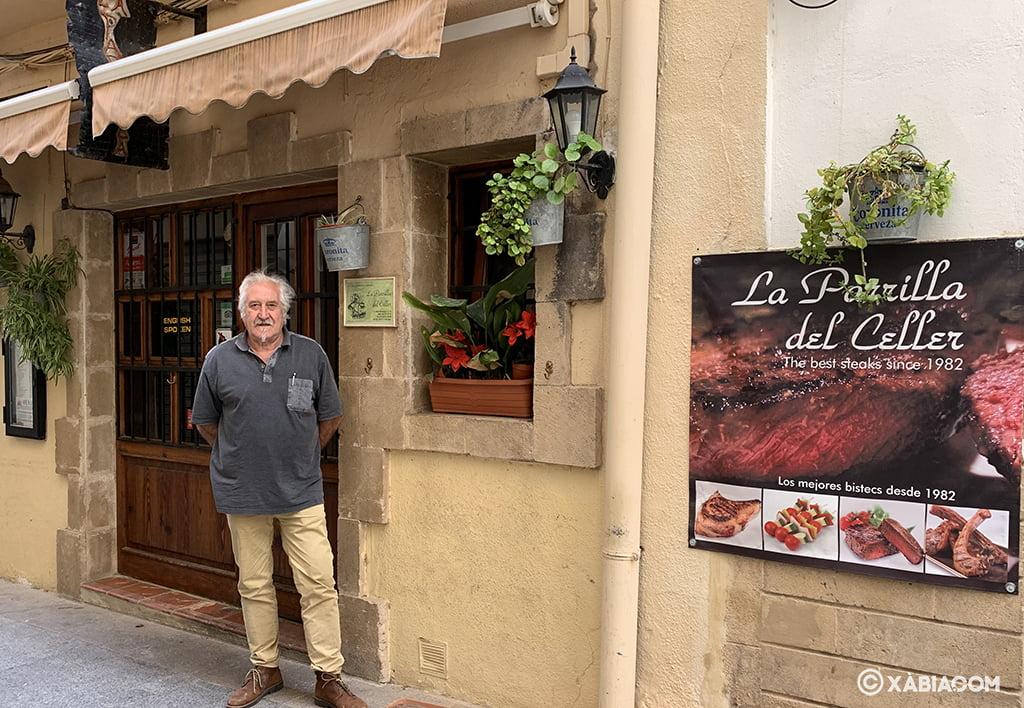 Pepe Bellés en la puerta de La Parrilla