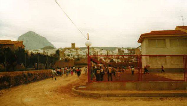 Imagen: Pista de atletismo en los comienzos del Colegio Trenc d'Alba (Foto extraída del libro '25 anys al CEIP Trenc d'Alba', de 2009)