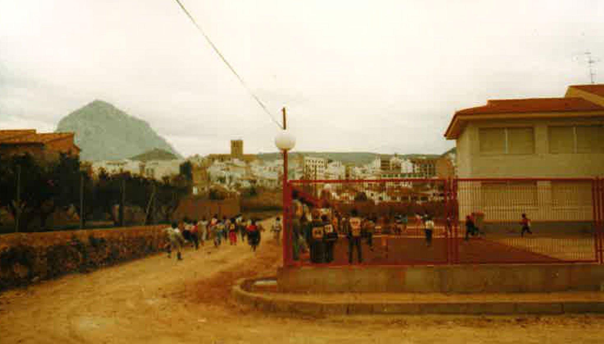 Pista de atletismo en los comienzos del Colegio Trenc d'Alba (Foto extraída del libro «25 anys al CEIP Trenc d'Alba», de 2009)