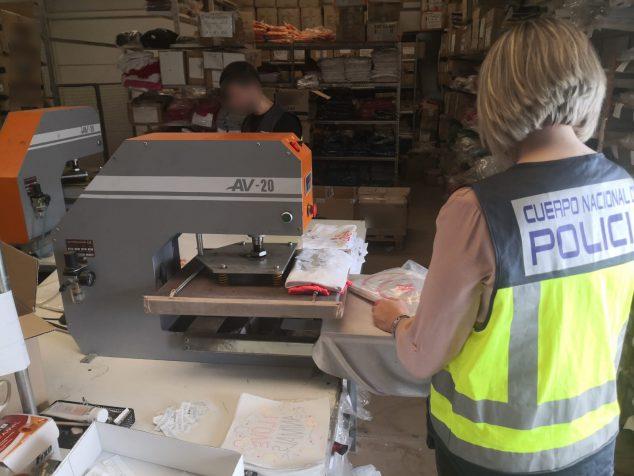 Imagen: Policía Nacional en el local de falsificaciones
