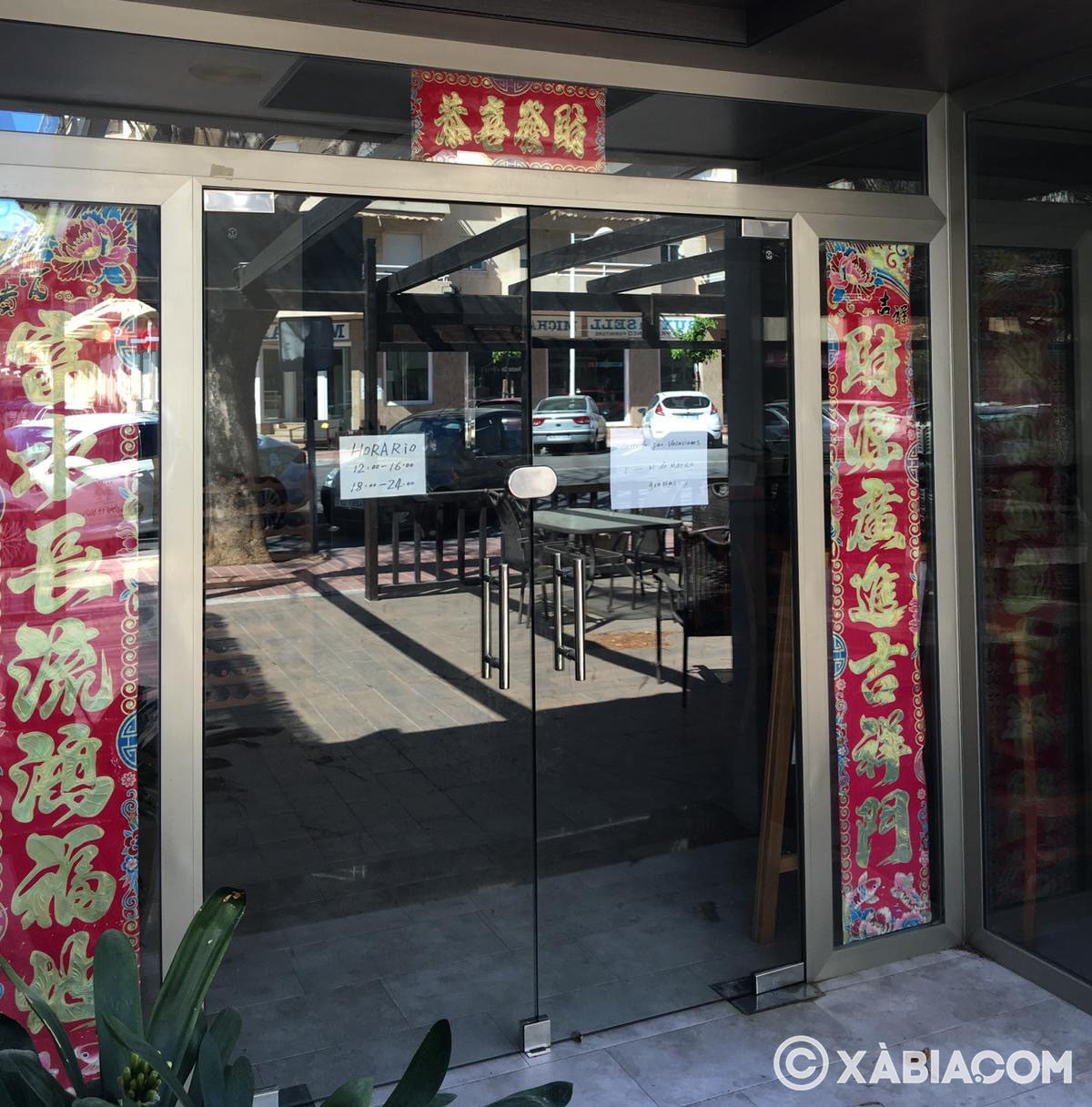Restaurante asiático con cartel de cerrado por vacaciones