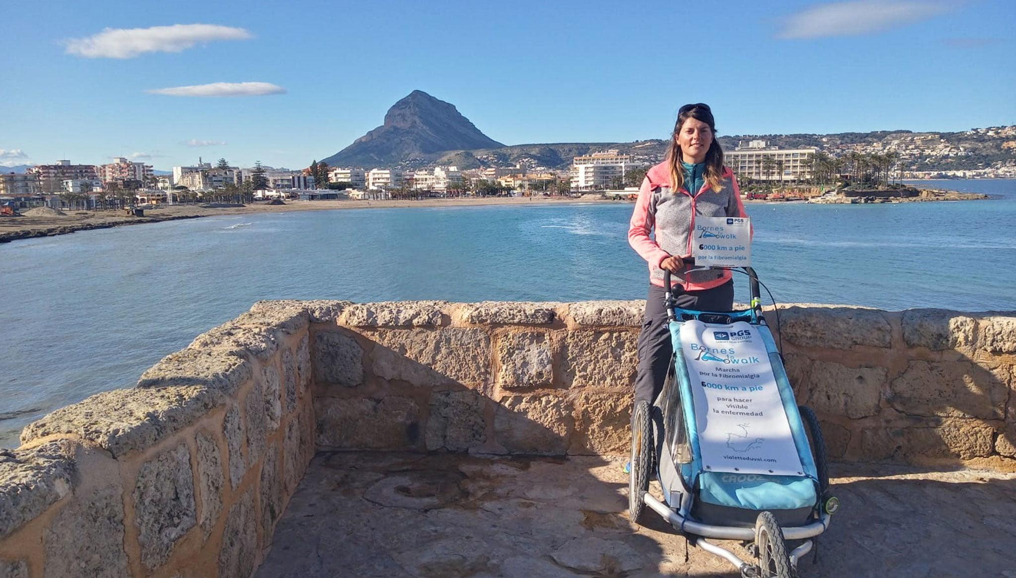 Violette Duval a su paso por Jávea en su aventura de 6000 kilómetros a pie
