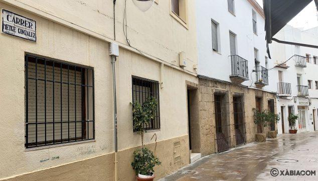 Imagen: Vista general y placa de la calle Metge González de Xàbia