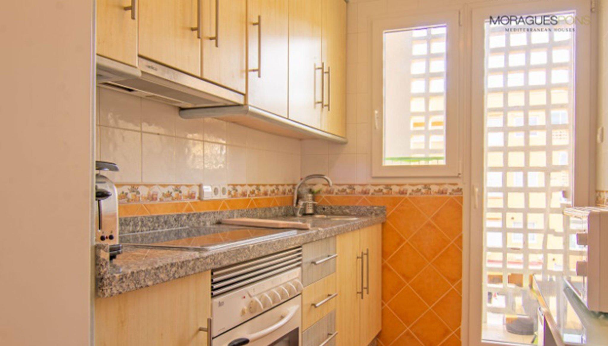 Cocina de un apartamento en venta en la zona del Arenal en Jávea – MORAGUESPONS Mediterranean Houses