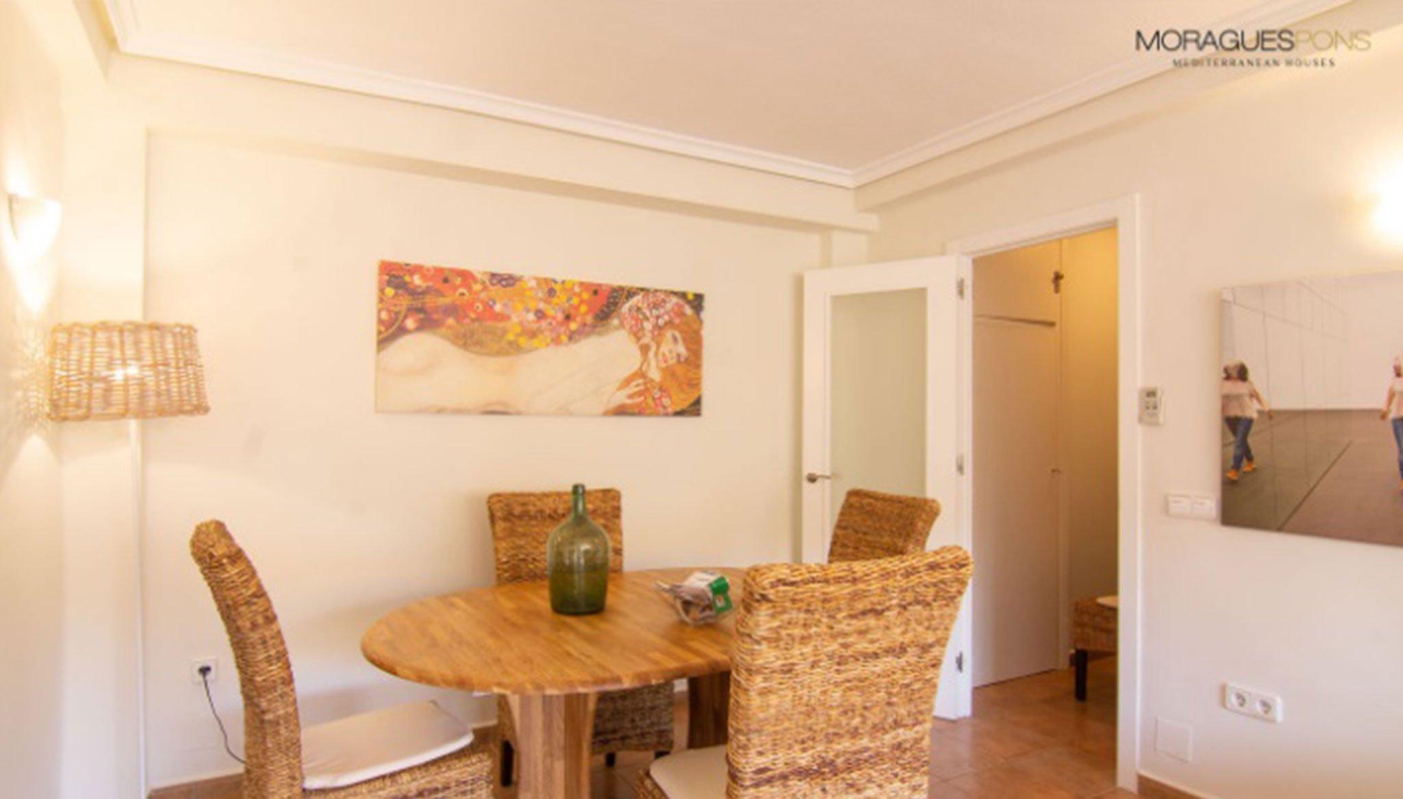 Comedor de un acogedor apartamento en venta en Jávea – MORAGUESPONS Mediterranean Houses